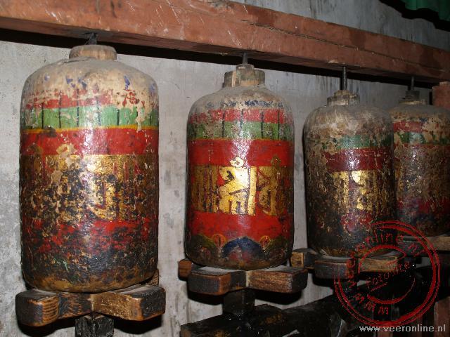 Oude gebdsmolen in het Nyeitang Drolmalhakang tempel enkele tientallen kilometers buiten Lhasa