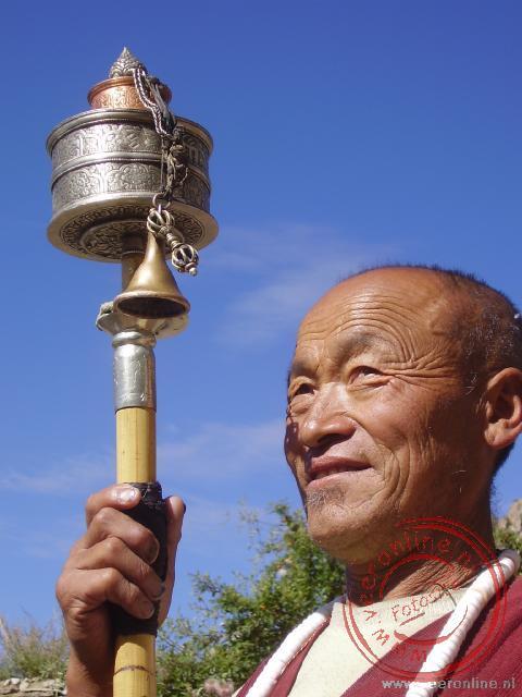 Een monnik met zijn gebedsmolen