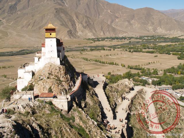 Het Yumbu Lagangpaleis torent hoog boven de omgeving uit