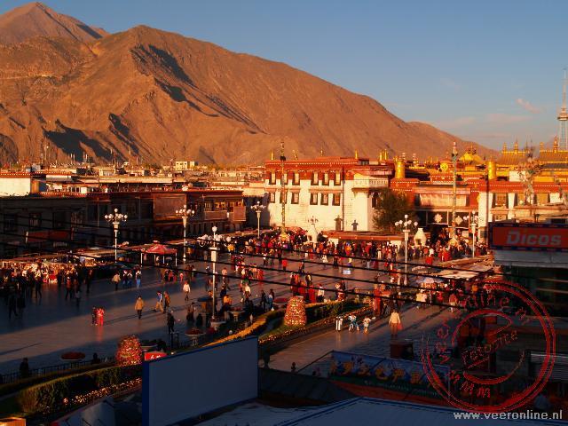 De zon gaat onder op het Barkhor Square in Lhasa