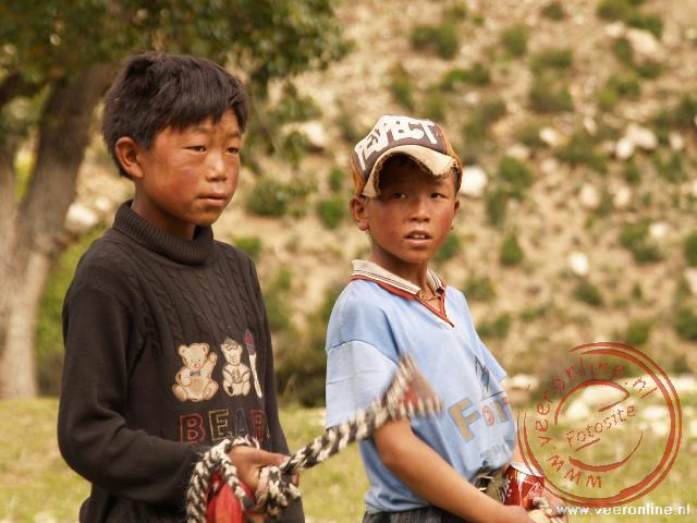 Twee Tibetaanse jongen komen kijken als wij langs de kant van de weg aan het pick-nicken zijn
