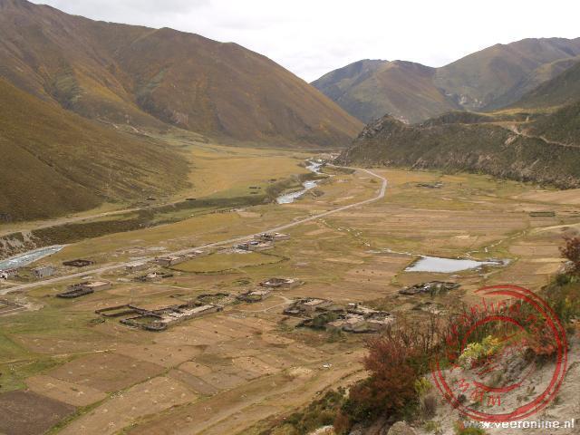 Het uitzicht over de vallei vanaf het Drigung Til Kloostercomplex