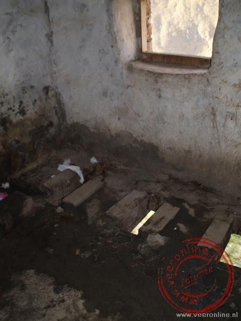 De toiletten zijn erg primitief en bestaan slechts uit een gat in de grond.
