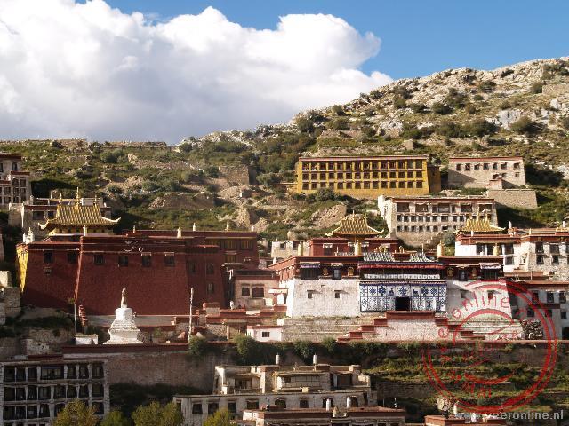 Het Ganden klooster ligt indrukwekkend tegen de berg aan gebouwd