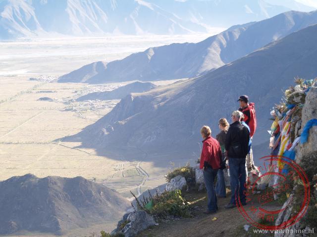 Bij de Kora rond het Ganden klooster hebben we indrukwekkende vergezichten