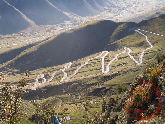 De zig-zaggende weg vanuit het dal naar het Ganden klooster