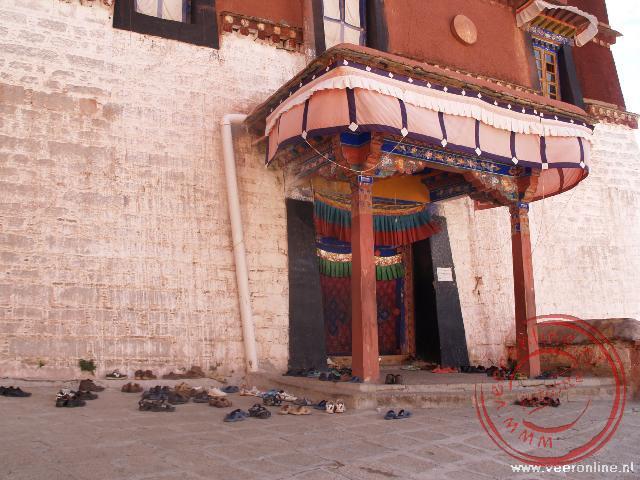 Natuurlijk heeft iedere monnik zijn schoenen uitgedaan voor het klooster