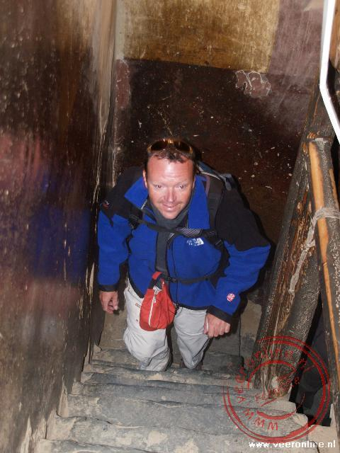 Ronald klimt naar de zesde verdieping in de Kumbum Stupa