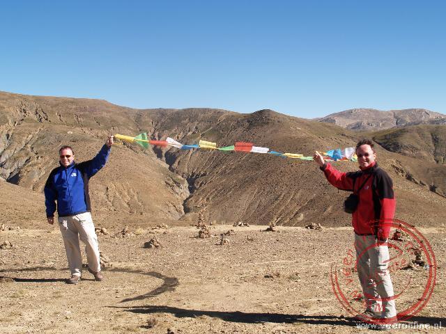 De gebeden van de Tibetaanse vlaggetjes worden door de wind verspreid over de bergtop