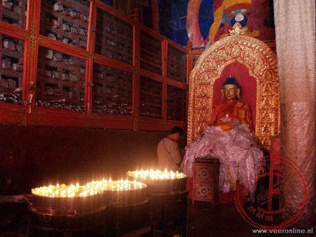 De boterkaarsjes verlichten de tempel