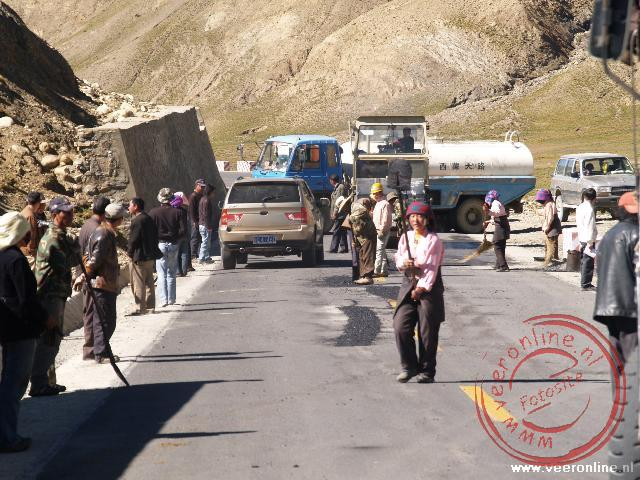 De weg is kort afgesloten voor asfalteringswerkzaamheden