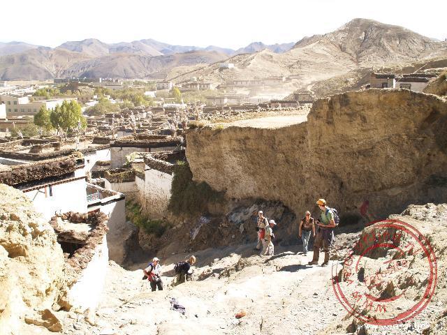 Vanuit Shegar klimmen we omhoog richting het klooster