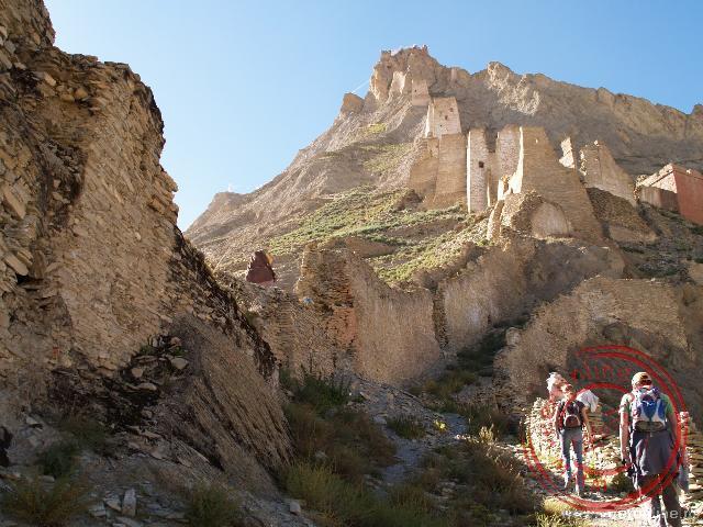 Op de bergpunt ligt het totaal verwoeste fort van Shegar
