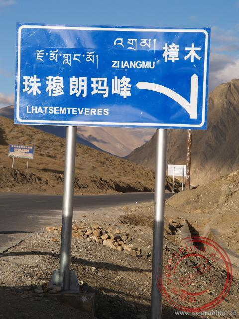 Een verkeersbord met de afslag naar het basecamp van de Mount Everest