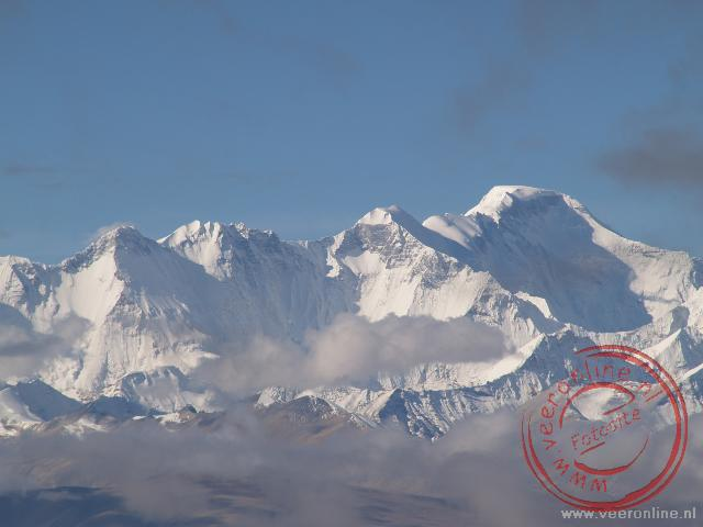 Uitzicht over de bergreuzen in het nationaal Qomolangma Nature Preserve op weg naar de Mount Everest