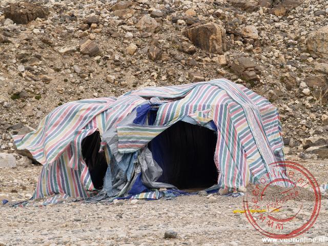 Het winderige toilet in het basiskamp op de Mount Everest op 5.028 meter hoogte