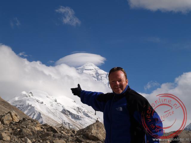 Ronald met op de achtergrond de top van de Everest