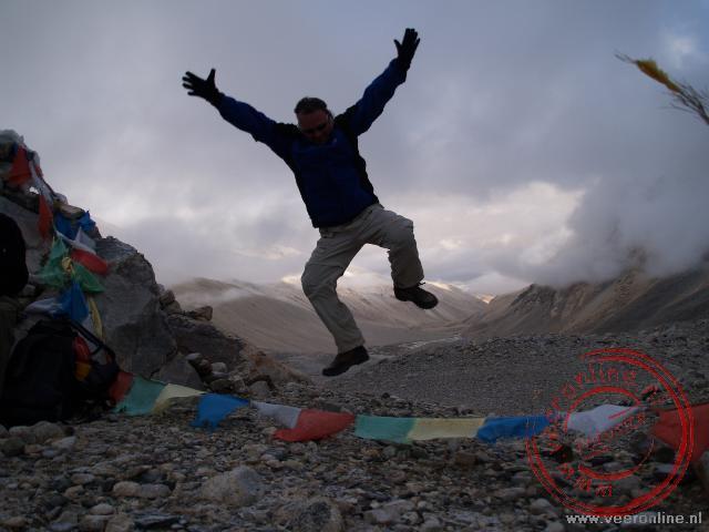 Een sprongetje op de top bij het Basecamp van de Mount Everest op 5.280 meter hoog.