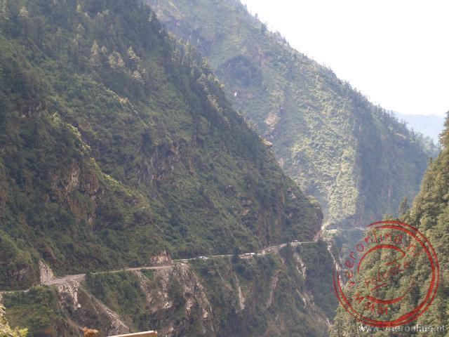 De weg van Tingri naar Zhangmu loopt door een steile kloof. Het ravijn is soms honderden meters diep