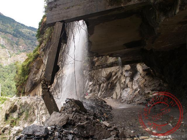Het water wordt over de weg geleid, maar de constructie heeft zijn beste tijd gehad