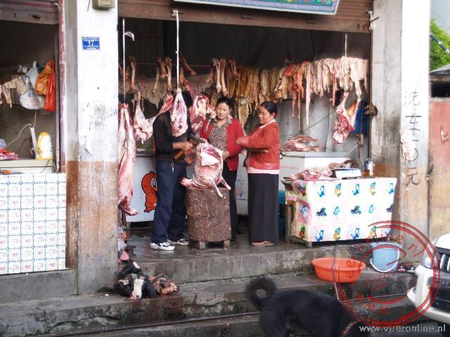 De plaatselijk slager in Zhangmu, met links voor nog de koppen