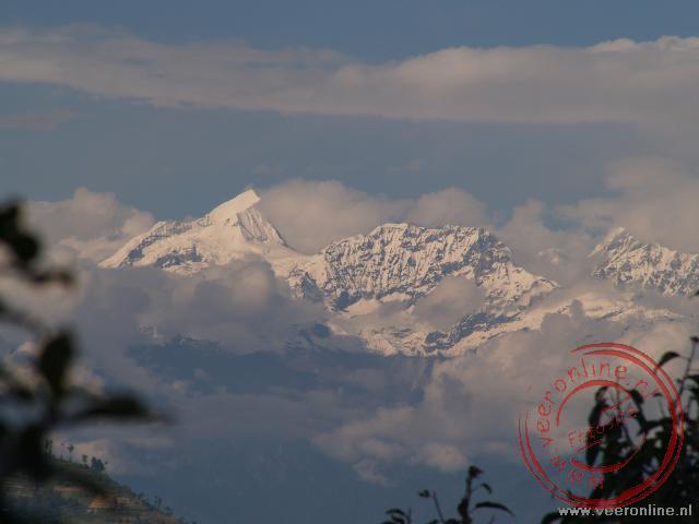 Het uitzicht vanaf het balkon op de Himalaya