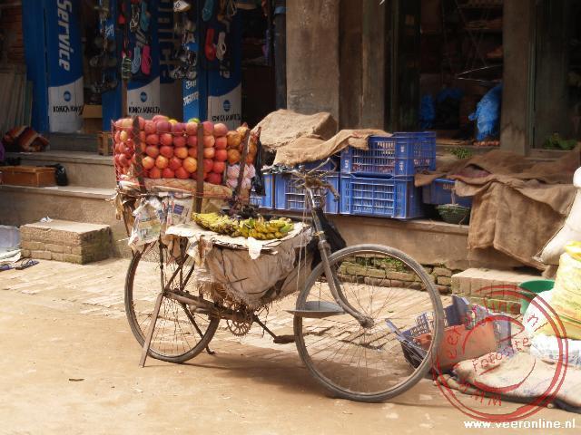De fiets is ingericht om het fruit aan de man te brengen