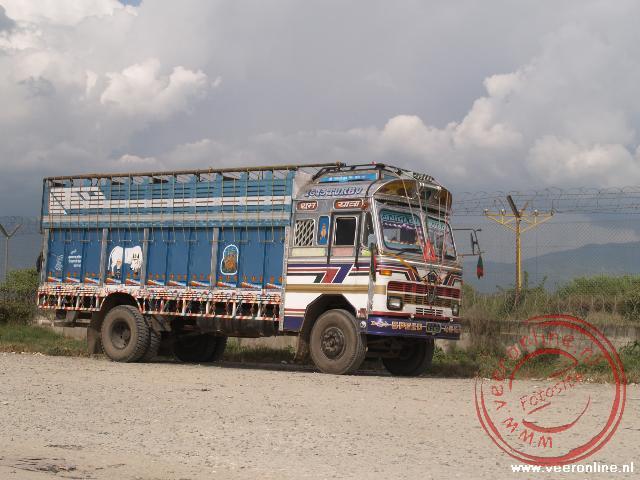 De fraai versierde Nepalese vrachtwagens