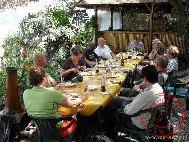 Een lunch aan het strand van het Victoria meer in Entebbe