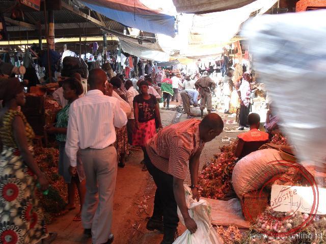 Tussen de locale bevolking op de markt in Kampale