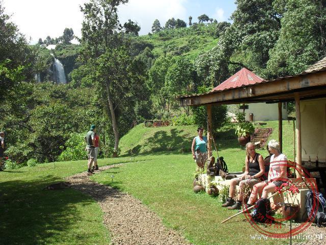 Een korte rustpauze tijdens de wandeling langs de drie watervallen van de Sipi Falls