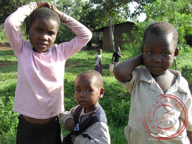 Kinderen langs de weg in Uganda