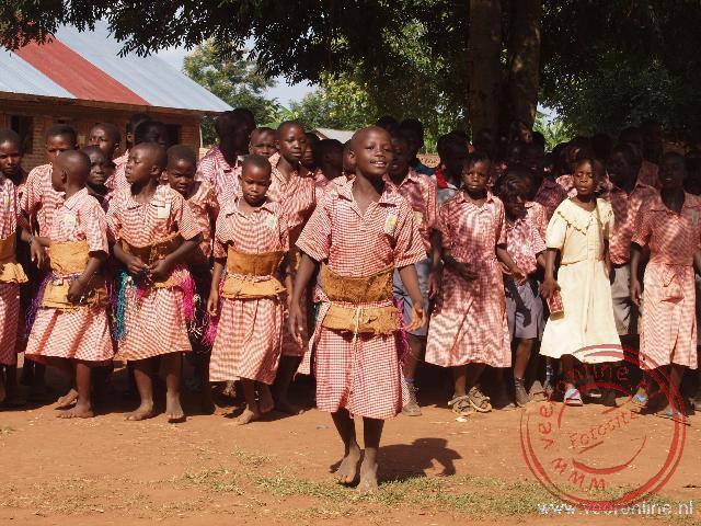 Kinderen zingen een liedje voor ons bij de plaatelijke school in Namwendwa
