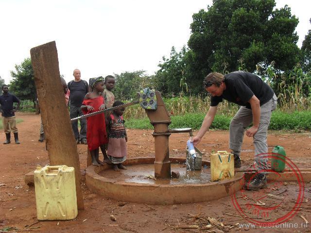 Water halen bij de waterput buiten Namwendwa