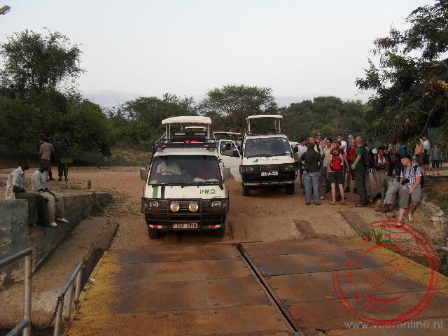 De busjes rijden op de veerboot over de Nijl op weg naar Murchisons Falls National Park