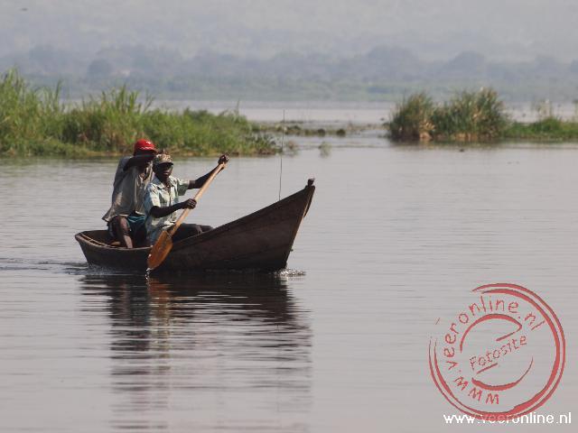 Een visser vaart op Lake Albert in Uganda