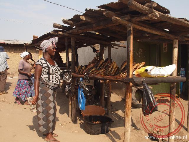 Vrouwen doen inkopen bij kleine kraampjes