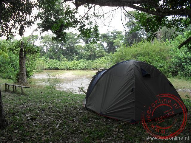 Met de tent kamperen langs de grensrivier tussen Kongo en Uganda
