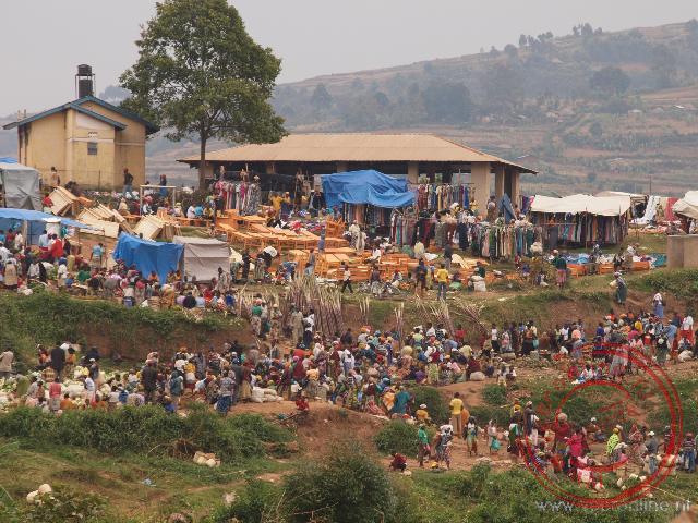 Een drukte op de markt tegen de berghelling
