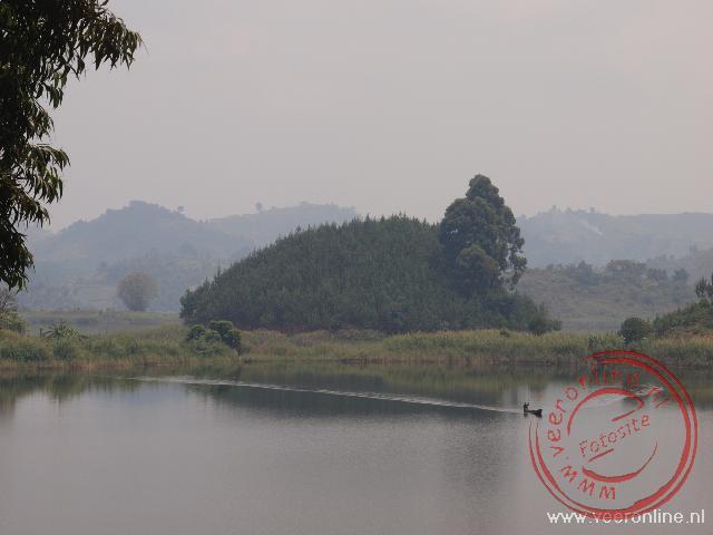 Uitzicht vanaf Nkuringo Safari Lodge over hetLake Mutanda