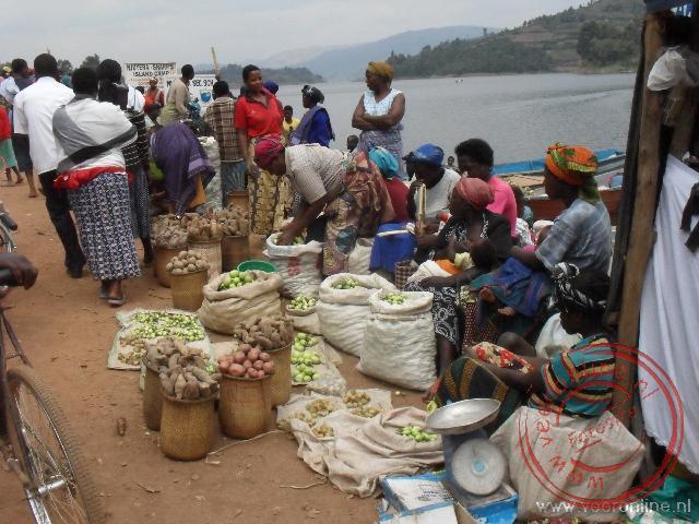 Een markt aan de oever van het  Lake Bunyonyi