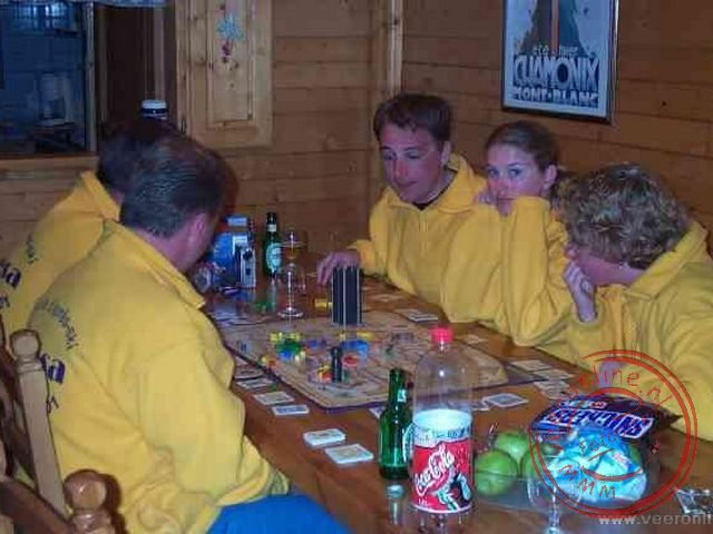 Een spelletje spelen aan de tafel in het Chalet