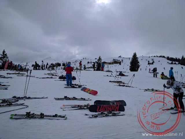 Alle ski's bij het restaurant