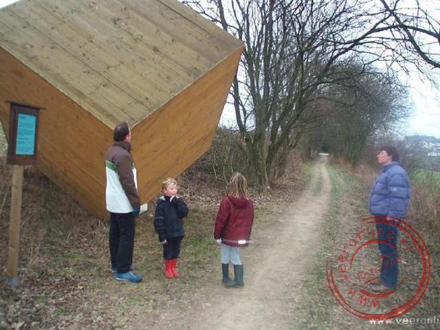 De houten kubus tijdens de wandeling