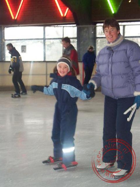 Carline en Astrid op de schaats in de schaatshal van Winterberg
