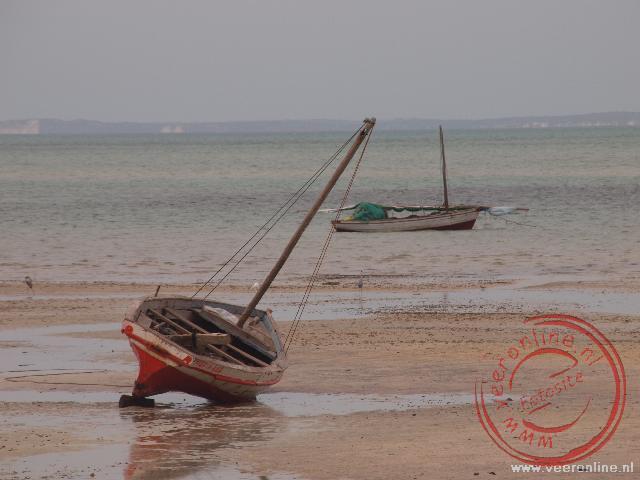 Bij eb vallen de visserboten droog op het strand van Vilanculos