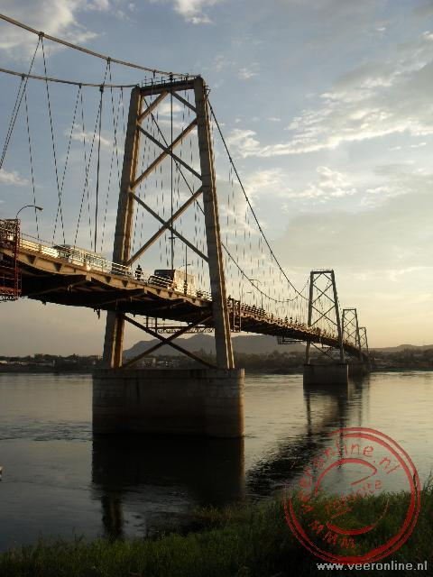 De brug in Tete over de Zambezi rivier in Mozambique