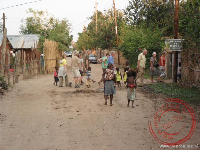 De straatkinderen van Tete begeleiden ons naar de campsite aan de Zambezi rivier