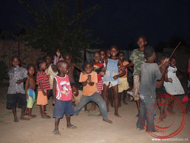 De straatkinderen van Tete kijken toe hoe wij onze tenten opzetten