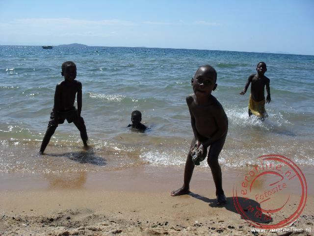 Kinderen van Cape McClear spelen in het Lake Malawi